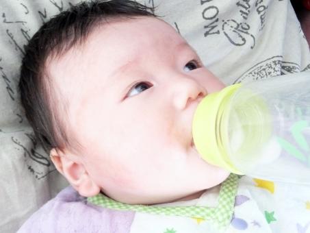 赤ちゃん あかちゃん 赤ん坊 新生児 乳児 乳幼児 こども 子供 子ども 男児 男の子 0歳 ベビー ベイビー ミルク 粉ミルク milk baby 日本人 哺乳瓶 飲む 母乳 栄養 育児 子育て 授乳 おっぱい 食事 人物 幼い ほ乳瓶 ほ乳ビン 哺乳ビン 哺乳びん ko