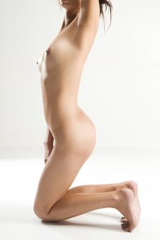 人物 女性 ヌード 裸 体 ボディ 全身 全裸 エステ 美容 健康 ダイエット シェイプアップ ボディケア 肌 プロポーション 理想 セクシー 美しさ 美肌 魅力 中肉中背 くびれ ポーズ バスト 胸 お尻 ヒップ モデル デッサンモデル 絵画モデル 美術 白背景 スタジオ撮影