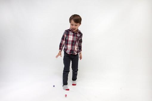 人物 こども 子ども 子供 男の子   少年 幼児 外国人 外人 かわいい   無邪気 あどけない 屋内 スタジオ撮影 白バック   白背景 ポートレート ポーズ キッズモデル 表情  シャツ  カジュアル 全身 下を見る 見つける ボール 球 玉 落とす 発見 mdmk010