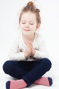 外国人 白人 キッズモデル モデル キッズ 子供 子ども 白バック 白背景 屋内 スタジオ撮影  人物 女の子 女 女児 幼児 小学生 ポートレート ポートレイト  笑顔 スマイル 微笑む  全身  あぐら 座る ヨガ 座禅 合掌 手を合わせる 目を閉じる 目を瞑る 瞑想 mdfk044
