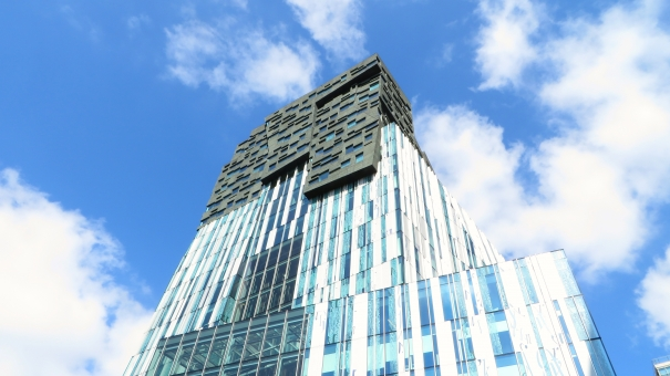 オフィス 会社 働く 仕事 建物 高層ビル ビル ガラス張り デザイン 個性的 オランダ アムステルダム ビジネス オフィス街 爽やか さわやか すっきり 新しい 外国 海外 ヨーロッパ