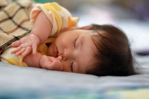 女 女性 女子 アップ 昼寝 寝る 眠る 明るい 子供 女の子 コピースペース 綺麗 背景 子育て 可愛い 赤ちゃん 夢 ベビー 育児 甘える 平和 赤子 寝顔 新生児 愛らしい ベット 寝ている ベイビー 夢の中 お昼寝 平穏 爆睡 うとうと 0歳 タオルケット 可愛い赤ちゃん 生後6か月 chrqqq351 チュウチュウ 指吸