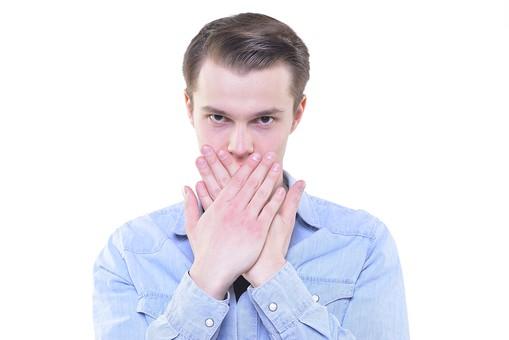 人 外人 外人男性 外国人 外国人男性 男 男性 若者 金髪 金髪男性 白人 白人男性 ポーズ 合図 サイン 洋服 襟 シャツ 青 手 ふさぐ 閉じる 手のひら 黙る 直視 mdfm015