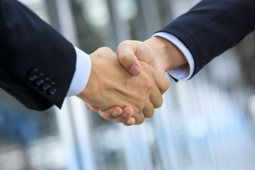ビジネスマンの握手の写真