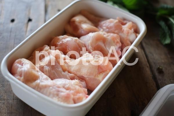 ホーロー容器に入れた鶏肉の写真