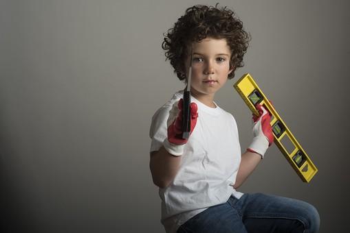 外国人 外人 白人 男性 男 男の子 子供 子ども 幼児 パーマ 天然 幼稚園 小学生 シャツ Tシャツ ジーンズ 手袋 ゴム手袋 ノコギリ 工具 切る 測る 測量  日用大工 DIY 工作 職人 mdmk011