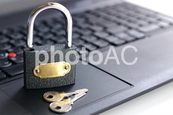 パソコンの上の鍵2の写真