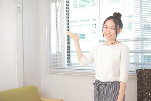 カフェ 喫茶店 コーヒーショップ パーラー  茶房 カフェテリア 飲食店 レストラン 人物 女性 女子 若い 若者 店員 スタッフ 従業員 職員 仕事 労働 バイト 社員 フリーター 接客 サービス もてなし メモ 注文 日本人  mdjf026