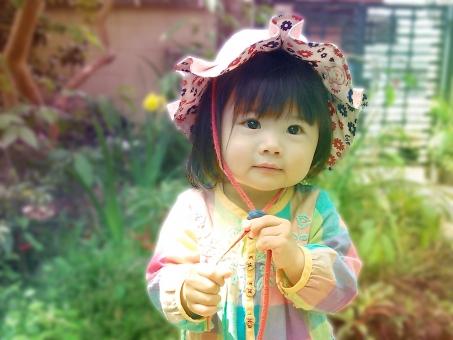 女の子 小さい 春 行ってきます 子ども 子供 笑顔 かわいい 日本人 japanese girl kids 庭先 帽子 ほんわか ほっこり 幼少 幼児 女児 虹 rainbow カラー よちよち あんよ 赤ちゃん 散歩