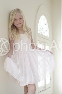 部屋の中の白いドレスの外国人の少女13の写真