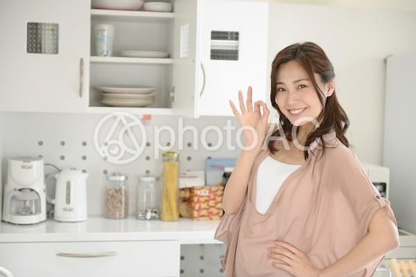 メニューを考える女性19の写真