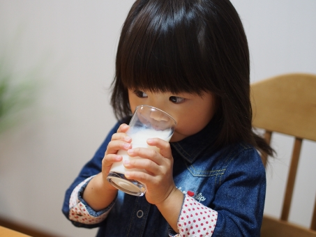 子ども 子供 女児 幼児 ミルク 飲み物 コップ 食卓 日本人 milk drink girl child kids japanese 少女 ドリンク 園児 牛乳 女の子