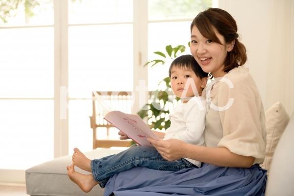 絵本を読む親子2の写真