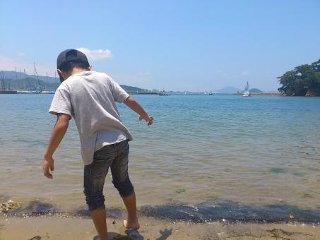 少年 海 男の子 男性 子ども 子供 海岸 ブルー 青 青空 ビーチ 海水浴
