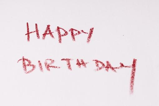 屋内  物撮り 人物なし 赤 レッド お祝い 上から視線 接写 アップ ズーム メッセージ 伝言 英語 イングリッシュ 文字 ハッピーバースデー 誕生日 誕生祝い クレヨン 手書き 直筆 走り書き 白バック 白背景 バースデーカード 誕生カード Happy Birthday