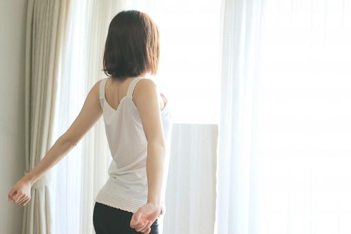 窓際に立つ女性2の写真