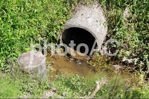 農業用水路にある配管の写真
