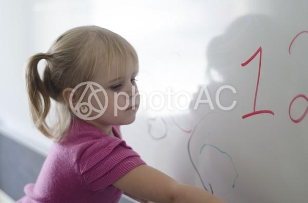 落書きする少女1の写真