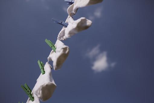 青空 空 お空 大空 晴天 晴れ 快晴 青色 青い 青天井 蒼穹 蒼天  爽やか 爽快 さっぱりした 健康的  洗濯物 洗濯 干す 乾かす 乾す さらす  洗濯バサミ 洗濯ばさみ 留め具 日用品 生活雑貨 雲 吊る 吊り下げる 吊るされた 靴下 くつ下 ソックス 白い靴下 クロスピン ピント 絞り ぼかし