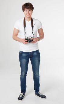 カメラマン 写真家 記者 カメラ 写真機 男性 おとこ 男 外国人 青年 一眼レフ レンズ ストラップ 腕時計 全身 微笑 立つ たたずむ 持つ 構える ぶら下げる 持ち歩く 写真 撮影 携行 取材 報道 スクープ パパラッチ スタンバイ 旅行 室内 屋内 白背景 白バック mdfm082
