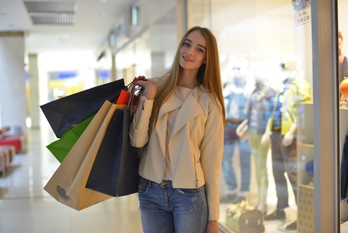 外国人 モデル 成人 大人 女性 女の人 若い ロングヘア モデル ファッション ショッピング 買い物 紙袋 持つ ジーンズ 店 店舗 建物 ガラス ディスプレイ 飾る マネキン ポーズ 通路 綺麗 可愛い 撮影 室内 屋内 ショッピングモール 百貨店 デパート mdff032