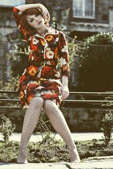 女性 外人女性  女の人 若い女性  女性モデル  白人女性 人物 外国人  赤毛 赤毛の女性 顔 化粧 モデル ポーズ  ファッション 洋服 秋服 花柄 写真 ポートレート 撮影 屋外 自然 風景 落ち葉 秋  道路 ベンチ mdff033