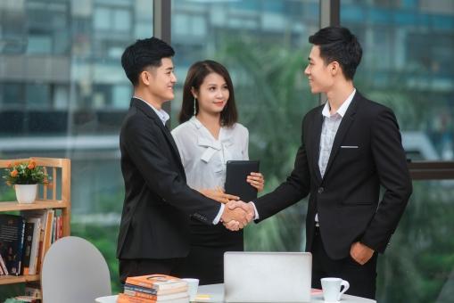 握手をするビジネスマン3の写真