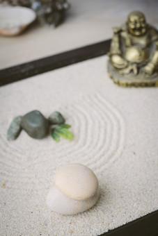 和 和風 禅イメージ 庭 石 枯山水 砂 砂紋 レーキ 日本 日本庭園 日本文化 庭園 わびさび 和寺 石庭 造園 伝統 白砂 風景 イメージ 京都  縁側 風景 緑 植物 七福神 仏像 布袋 積み重なる