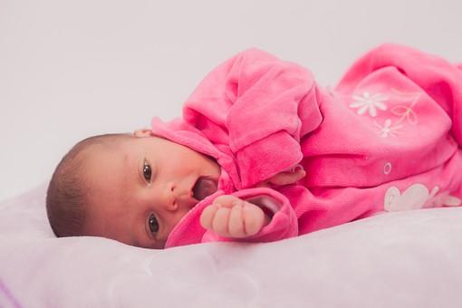 人物 外国人 赤ちゃん 赤ん坊 ベビー ベイビー 新生児 乳児 表情 しぐさ ベビー服 ベビーウェア ピンク 小さい かわいい 毛布 シーツ 出産 誕生 命 生命 愛情 幸せ 幸福 成長 発育 発達 子育て 育児 ポートレート mdmk013