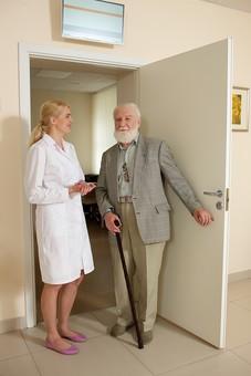 病院 医院 診療所 屋内 室内 診察室 検査室 扉 ドア 入口 立つ 立っている 開ける 開く 入る 出る 検査 診察 外国人 白人 男性 老人 高齢 高齢者 おじいさん おじいちゃん 髭 ヒゲ ひげ 白髪 女性 金髪 白衣 話す 立ち話 会話 白壁 清潔 クリーン 笑う 微笑む 全身 女医 医者 医師 mdjms016    mdff142