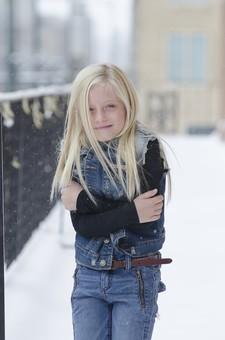 人物 外国人 外人 こども 子供  子ども 女の子 少女 キッズモデル ポートレート  かわいい キュート 無邪気 あどけない 長髪  ロングヘア 金髪 ブロンド ストレートヘア 屋外  外 街角 冬 雪 寒い ファッション ジーンズ ジーパン デニム カジュアル 薄着 凍える 笑顔 スマイル 柵 手すり ポーズ 抱きしめる 抱く ポートレイト mdfk012