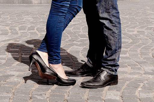 足 足元 靴 女性 男性 女子 男子 男 女 おしゃれ オシャレ お洒落 物語 風景 ヒール メンズ レディース カップル 10代 20代 30代 恋人 デート ラブラブ 仲良し アツアツ LOVE 恋 愛 愛情 夫婦 交際 屋外 室外 外 抱き合う 抱擁 キス KISS 夫婦