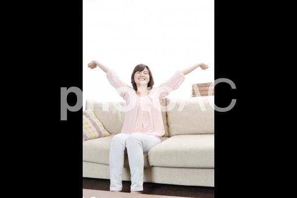 背伸びをする女性1の写真