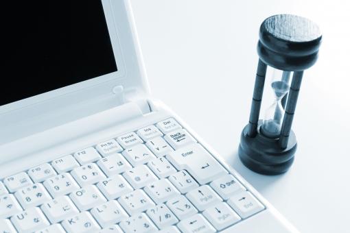 ノートパソコン PC 砂時計 タイム 時間 ビジネス スピード 判断スピード スピーディ SPEED speed 時間感覚 センス 感性 スキル 能力 ネット取引 営業時間 レスポンス 反応時間 待たせない サポート対応 応対時間 制限時間 タイムリミット 迅速に 素早く 早い 速い 背景素材