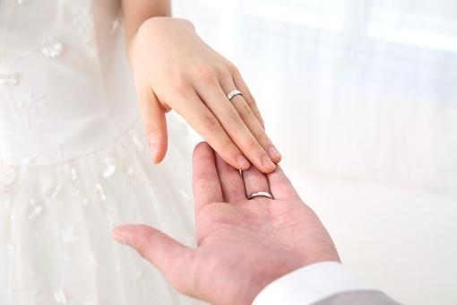 花嫁 女性 美しい きれい ウェディング 結婚式 結婚 記念 純白 白 透明感 花婿 男性 男女 記念写真 幸せ 新婚 夫婦 カップル 指輪 結婚指輪 指輪交換 リング 左手 薬指 手を取る