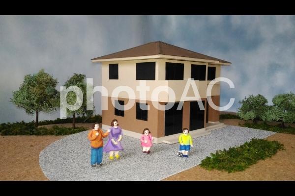 ツートンの家幸せ家族の写真