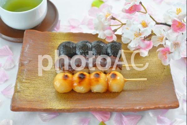 桜とお茶と三色団子の写真