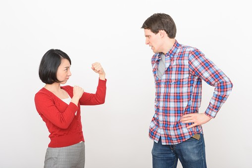 国際結婚 日本人 外国人 人物 2人  男性 女性 カップル 男女 黒髪 ショートヘア 茶髪 短髪  赤い服 カーディガン シャツ Tシャツ 長袖  グレー チェック ジーンズ  青 あお  立つ たつ 身長差 横顔  向き合う むきあう  ボクシング ファイティングポーズ 構える  怒る おこる  嫌な顔   怖い顔 こわい顔 にらむ にらみ合い 腰に手を当てる 喧嘩 けんか ケンカ 白バック 白背景   mdjf017 mdfm073