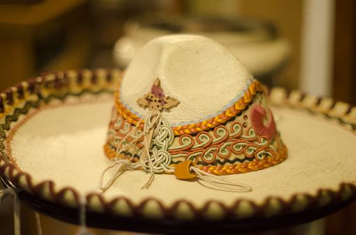 アンティーク 骨董品 コレクション 古い 昔 帽子 ハット つば広 組紐 装飾 飾り カラフル ファッション アクセサリー 細工 ハンドメイド 芸術 縁取り 思い出 懐古 愛着 ビンテージ ヴィンテージ セール 掘り出し物