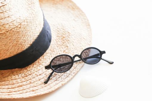 帽子 サングラス 夏 ハット 麦わら帽子 サマー 眼鏡 メガネ 日よけ summer ウイメン ウーマン 白バック 白背景 日差し 女性 ビーチ リゾート かぶる おしゃれ バカンス 休暇 休み 黒 貝殻 紫外線 日光 太陽 防ぐ 日焼け 美容