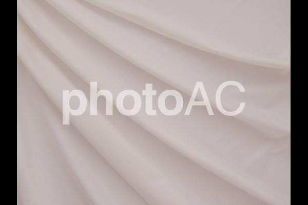 ベビーピンク色の布のドレープ の写真