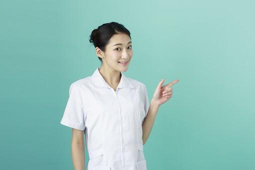 人物 女性 日本人 20代 30代   仕事 職業 医療 病院 看護師  ナース 医者 医師 女医 薬剤師  白衣 看護 屋内 スタジオ撮影 背景  グリーンバック おすすめ ポーズ 上半身 指さす 指差し ポイント 横 示す 注目 方向 mdjf010