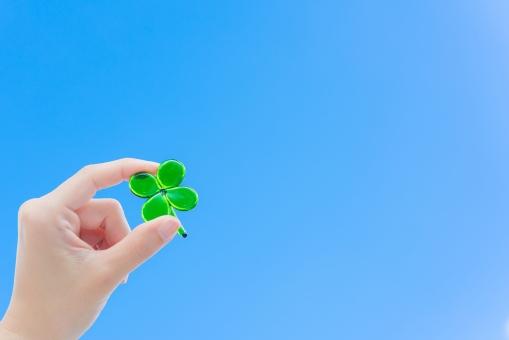 クローバー 幸せ ガラス 手 女性 幸運 未来 青空 空 緑 クリーン グリーン 愛情 環境 植物 ハッピー きれい エネルギー 省エネ エコロジー エコノミー ボランティア 健康 四つ葉
