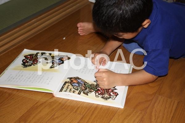 絵本を読む男の子の写真