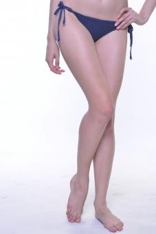 人物 女性 若い 若者 20代    外国人 外人 外国人女性 外人女性 モデル   水着  ビキニ ロングヘアー セクシー 屋内   スタジオ撮影  白バック 白背景 夏 リゾート  バカンス 下半身 足 脚 美脚 脚線美 裸足 素足 部分 パーツ 身体