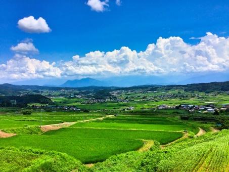 爽やかな夏の田舎の白い雲と青い空イメージの写真