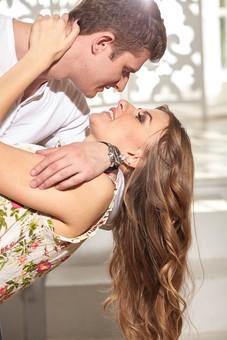 人物 外国人 外人 カップル 恋人  夫婦 大人 男女 20代 30代   モデル 生活 暮らし 屋内 室内   部屋 愛 LOVE 幸せ 幸福  ラブラブ ハッピー 寄り添う 抱き寄せる 見つめる 見つめ合う キス KISS 傾ける mdfm059 mdff103