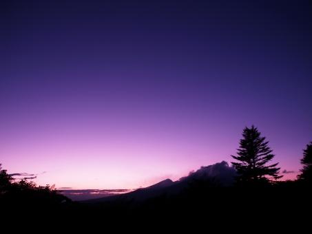 浅間山 杉の木 夕方 夕暮れ 黄昏 紫 雲 晴天 秋 冬 軽井沢 長野 群馬 県境