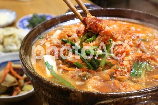 チゲ鍋と箸の写真