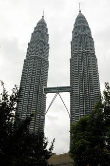 外国 東南アジア マレーシア マレー半島 クアラルンプール 首都 世界都市 KL 観光地 観光 名所 ペトロナスツインタワー ペトロナスタワー ペトロナスタワーズ 超高層ビル 高層ビル 建物 ビル 都会 植物 空 高い そびえる ローアングル 無人
